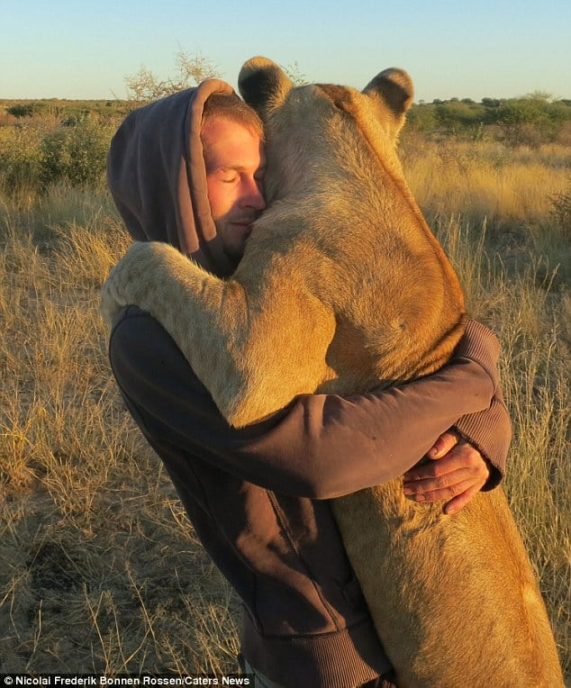 40 Pictures of Animals and Humans Hugging 1 (21)