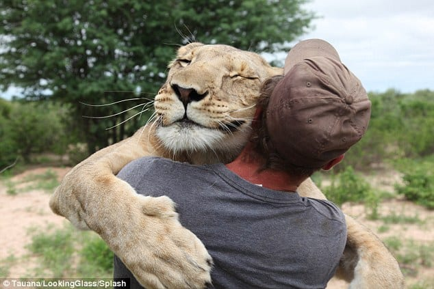 40 Pictures of Animals and Humans Hugging 1 (22)